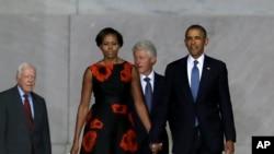 奥巴马夫妇和美国前总统克林顿、卡特进入会场。
