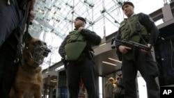 身穿防弹背心的德国武装警察在柏林主要火车站警戒