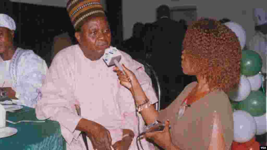 Grace Alheri Abdu ta zanta da Solomon Lar wurin Taron Kasa a Jos, jihar Filato a shekarar 2004.
