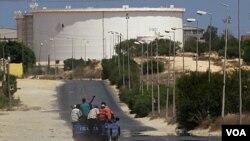 Tentara pemberontak Libya menuju fasilitas penyulingan minyak di kota Zawiya, sebelah barat ibukota Tripoli, dengan mengendarai truk (17/8).
