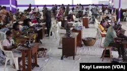 Des ouvriers à l'œuvre dans l'unité de production de masques, Lomé, le 4 juin 2020. (VOA/Kayi Lawson)