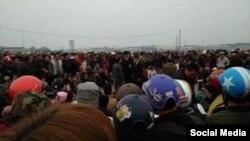Đoàn người từ 3 xã Quỳnh Ngọc, Sơn Hải, Quỳnh Thọ tỉnh Nghệ An, đã quyết tâm đi bộ trên đoạn đường dài gần 200 km để nộp đơn kiện Formosa, ngày 14/02/2017. (Ảnh: Tin Mừng cho Người nghèo)