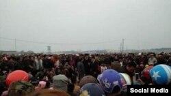 Đoàn người từ 3 xã Quỳnh Ngọc, Sơn Hải, Quỳnh Thọ tỉnh Nghệ An, đã quyết tâm đi bộ trên đoạn đường dài gần 200 km để nộp đơn kiện Formosa, ngày 14/02/2017. (Ảnh Tin Mừng cho Người nghèo