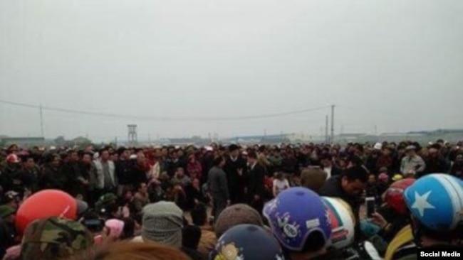 Đoàn người từ 3 xã Quỳnh Ngọc, Sơn Hải, Quỳnh Thọ tỉnh Nghệ An, đã quyết tâm đi bộ trên đoạn đường dài gần 200km để nộp đơn kiện Formosa, ngày 14/02/2017. (Ảnh Tin Mừng cho Người nghèo)