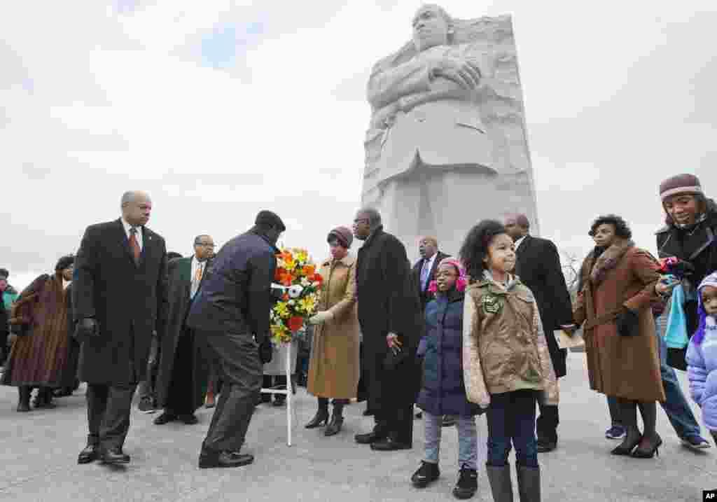 Menteri Keamanan Dalam Negeri Jeh Johnson (kiri) berpartisipasi dalam upacara pemberian karangan bunga di Memorial Martin Luther King, Jr. dalam peringatan hari lahir pemimpin hak-hak sipil itu di Washington (19/1). (AP/Jacquelyn Martin)