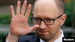 PM Ukraina Arseniy Yatsenyuk saat meninggalkan KTT Uni Eropa di Brussels (21/3).