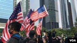 香港反送中運動示威者揮舞美國國旗。