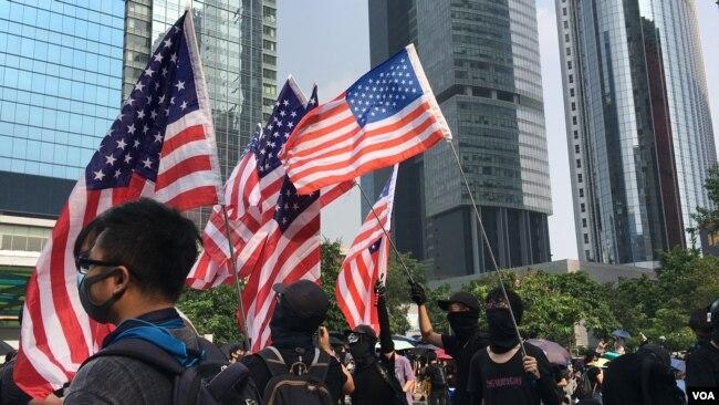 香港反送中运动示威者挥舞美国国旗(美国之音黎堡)