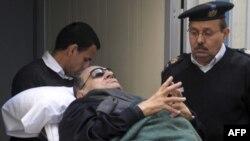 Cựu Tổng thống Ai Cập Hosni Mubarak được đẩy ra khỏi tòa án ở Cairo sau phiên tòa hôm 2/1/12
