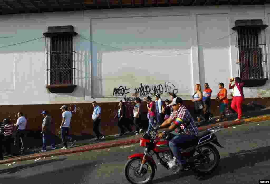 Desde tempranas horas de la mañana se formaron filas fuera de algunos centros de votación en Venezuela.