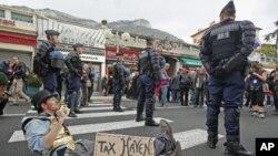 G20峰會抗議人士在會場附近進行示威活動﹐警員站崗戒備。