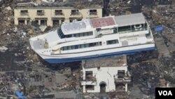 Un ferry terminó sobre el techo de un edificio tras el devastador tsunami que siguió al maremoto del viernes en Japón.