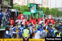 한국 19대 대선 마지막 TV토론이 열리는 2일 서울 상암동 MBC 앞에서 각당 유세차량이 열띤 유세전을 하고 있다.