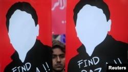 巴基斯坦示威者在拉合爾舉行的一次抗議活動中手舉活動人士拉扎汗畫像要求當局釋放他。(2017年12月11日)
