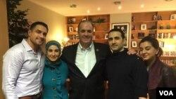 از راست: لیلا حکمتی (خواهر)، امیر حکمتی، دن کیلدی (نماینده مجلس آمریکا)، سارا حکمتی (خواهر) و رامی کردی (داماد).
