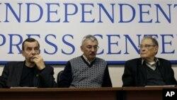 """Aktivis HAM Rusia, Lev Ponomaryov (kiri) Oleg Orlov dan Sergei Kovalyov dalam sebuah konverensi pers di Moskow, Russia (Foto: dok). Lev Ponomarev dan organisasinya """"For Human RIght"""" menyatakan tidak akan mengikuti peraturan baru pemerintah Rusia terkait d"""