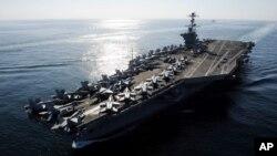 Hàng không mẫu hạm USS John C. Stennis đi qua Eo biển Hormuz.