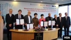 """香港科技大学(HKUST)成立国际""""神经退行性疾病研究中心"""" (美国之音记者申华拍摄)"""