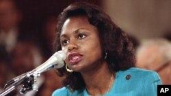 Huquqshunos professor Anita Xill Senat Adliya qo'mitasida so'zlamoqda. 11-oktabr, 1991-yil.