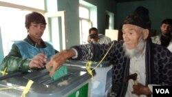 지난 5일 아프가니스탄 대통령 선거에서 유권자들이 투표를 하고있다.