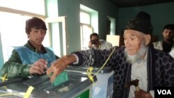 Afghan Election Old man voting