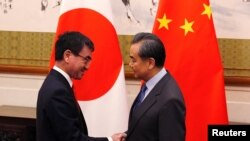 Ảnh tư liệu - Bộ trưởng ngoại giao Nhật Bản Taro Kono bắt tay với Ngoại trưởng Trung Quốc Vương Nghị ngày 28/01/2018 tại Bắc Kinh.