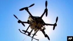 ARSIP – Foto menunjukkan sebuah drone di lokasi pengujian di Lincoln,Nebraska. Sebuah studi eksperimental di Swedia menyatakan drone yang dilengkapi alat defibrilator jantung dapat membantu mempersingkat waktu respon untuk insiden henti jantung di luar rumah sakit (foto: AP Photo/Nati Harnik, Arsip)
