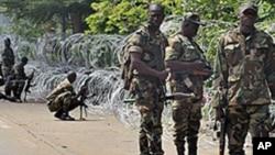 Des membres des Forces nouvelles en position de combat près de l'Hôtel du golfe, siège du gouvernement Ouattara. Abidjan, 31 octobre 2010