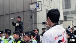警方和示威者互相录像以备冲突