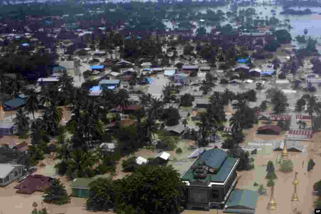 នេះជាទិដ្ឋភាពទីប្រជុំជន Kalay ជាក្រុងតូចមួយរបស់តំបន់ Sagaing នៃប្រទេសមីយ៉ានម៉ា ដែលជន់លិចយ៉ាងខ្លាំងដោយសារទឹកជំនន់នេះ កាលពីថ្ងៃទី ២ ខែសីហា ឆ្នាំ២០១៥។