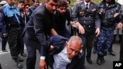 Raffi Hovanessian, capres yang menduduki urutan kedua Pilpres Armenia, terjatuh saat bentrokan antara pendukungnya dan polisi di Yerevan, Rabu (9/4).