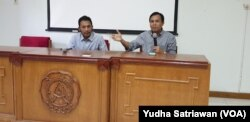 Pengamat Hukum UNS Solo, Agus Riwanto ( kiri) didampingi ketua PUSTAPAKO UNS, Khresna Bayu, (kanan) saat berdiskusi tentang revisi UU KPK, di kampus UNS Solo, Rabu (11/9). (Foto : VOA/ Yudha Satriawan)