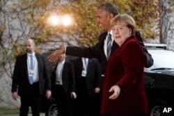 ນາຍົກລັດຖະມົນຕີເຢຍຣະມັນ ທ່ານນາງ Angela Merkel, ຂວາ, ຮັບຕ້ອນ ປະທານາທິບໍດີ ສະຫະລັດ ທ່ານ Barack Obama.