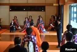 Thủ tướng Nhật Bản Shinzo Abe chúc mừng Nhật hoàng Naruhito.