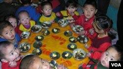 Anak-anak Korea Utara yang tinggal di tempat penampungan, mendapat bantuan dari badan pangan PBB (WFP - foto: dok.).