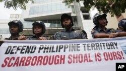 Cảnh sát đứng gác bên ngoài lãnh sự quán Trung Quốc tại Manila, Philippines, 11/5/2012