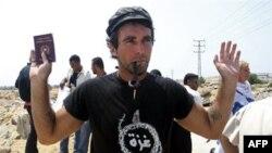 Italijanski aktivista Vitorio Arigoni drži svoj pasoš za vreme protesta zbog izraelske blokade Gaze, u Gaza Sitiju (arhivski snimak iz 2008.)