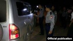 ရန္ကုန္တိုင္း လွည့္ကင္း လံုၿခံဳေရးရဲမ်ား စစ္ေဆးေနပံု (Yangon Police)