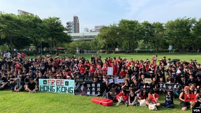 参加用身体排列出Free Hong Kong字样的台湾、香港两地民众在活动结束后拍大合照。(美国之音林枫拍摄,2019年8月11日)