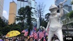 9月8日中環遮打花園支持美國香港民主與人權法的集會,再次擺放香港民主女神像,現場有大批集會人士高舉美國旗。(攝影: 美國之音湯惠芸)