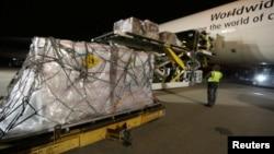 2020年2月1日聯邦快遞工作人員在亞特蘭大國際機場將醫用口罩和其他防護裝備裝上架運往中國的貨機。
