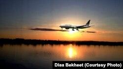 ເຮືອບິນສາຍການບິນຢູໄນເຕັດ ແມ່ນກຳລັງຈະບິນລົງຈອດທີ່ ສະໜາມບິນແຫ່ງຊາດເຣແກນ (Reagan National Airport) ຢູ່ໃກ້ໆກັບນະຄອນຫຼວງ ວໍຊິງຕັນ, ດີຊີ. (Photo by Diaa Bekheet)