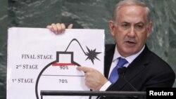 以色列總理內塔尼亞胡2012年9月27日在聯合國大會講話中﹐展示圖片說明伊朗核問題的嚴重性