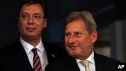ARHIVA - Predsednik Srbije Aleksandar Vučić i evropski komesar za proširenje Johanes Han