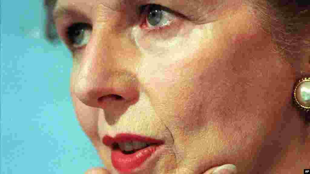 Antiga primeira-ministra Margaret Thatcher num momento de reflexão (Londres, 1987)
