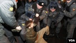 La policía rusa a detenido a decenas de activistas de la oposición tras tres días de protestas por las elecciones.