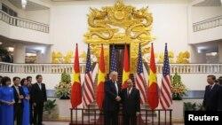 TT Mỹ Donald Trump và Thủ tướng Việt Nam Nguyễn Xuân Phúc, Hà Nội ngày 12/11/2017.