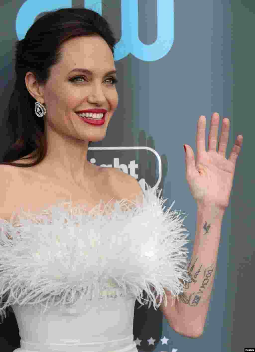 حضور آنجلینا جولی در بیست و سومین دوره جوایز سالانه انتخاب منتقدان در سانتا مانیکا کالیفرنیا