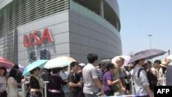 参观民众在美国馆外大排长龙