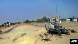 2013年12月28日在博爾的軍用車邊有支持馬查爾的叛軍士兵的屍體。